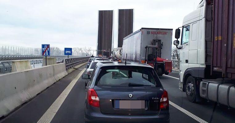 De snelwegbrug over de A11 kan niet meer dicht door de panne.