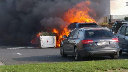Amper drie weken na levering brandt hybride BMW van ruim 100.000 euro uit op parking gemeenteschool
