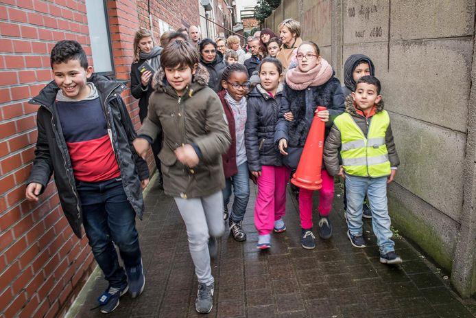 De leerlingen van de Vrije Centrumschool lopen door de Wortelstraat.