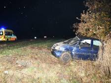 Auto over de kop op A58: één gewonde