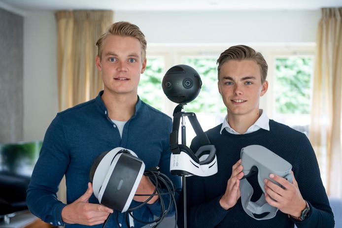 Menno (l.) en Sander Kamphuis met hun virtual reality-toepassingen.