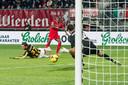 Quincy Promes schiet namens FC Twente op doel tegen Vitesse.