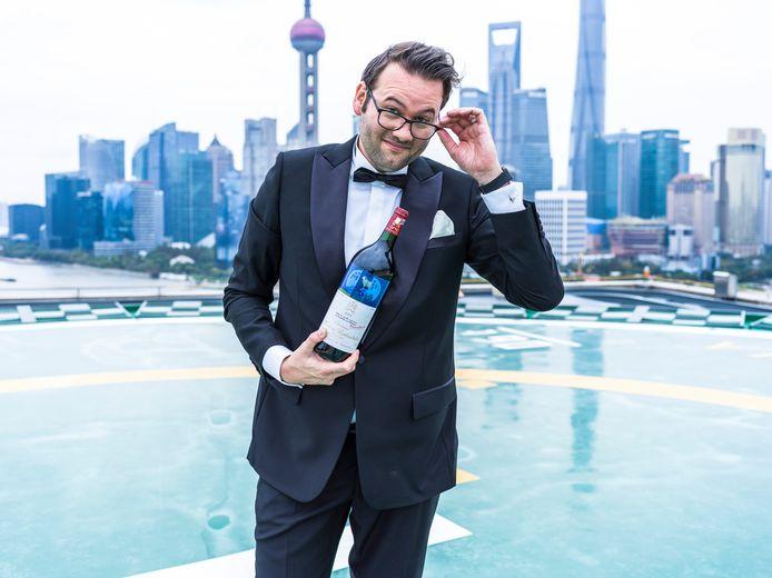Kunstenaar Peter Riezebos, hier op de foto in Sjanghai, deelde peperdure flessen Mouton Rothschild met vrienden en onbekenden. ,,Het traject is toch vooral performance art.''