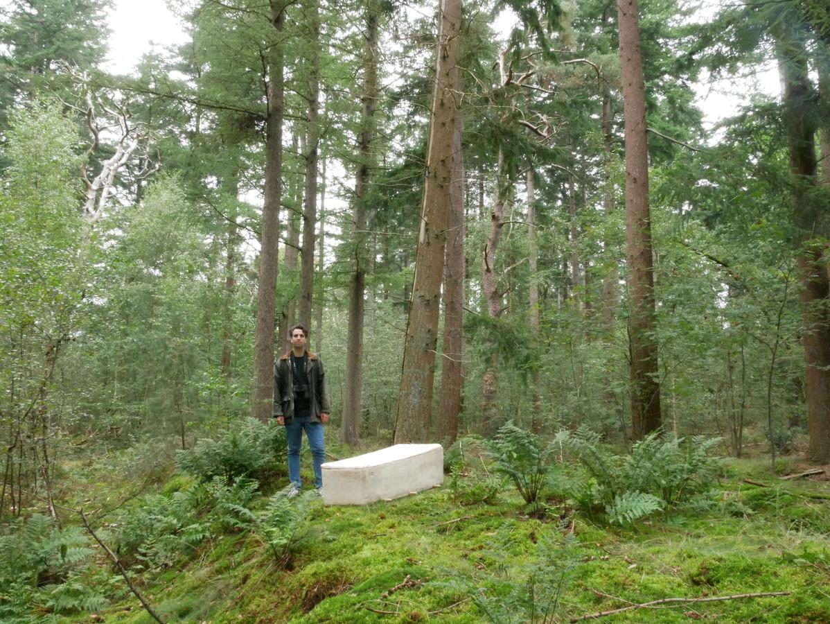 Bob Hendrikx met zijn levende doodskist in de natuur.