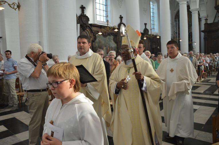 De pauselijke nuntius Mgr. Kasujja in de Abdijkerk in Ninove.