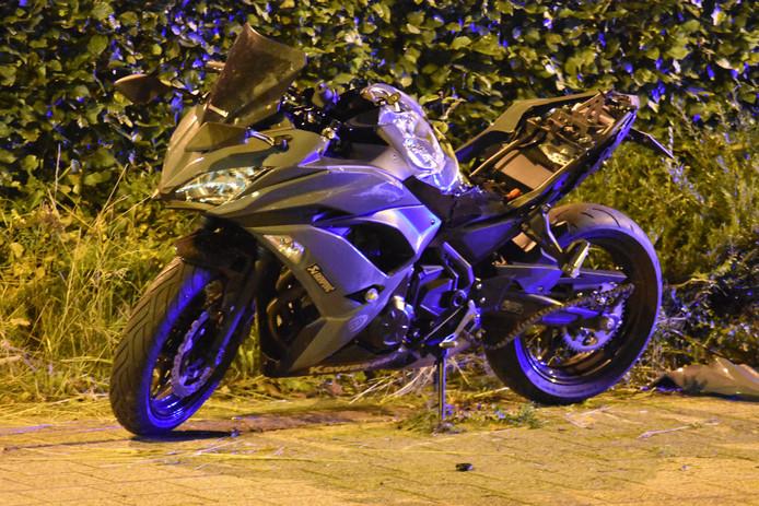 De motor van het merk Kawasaki Ninja waar het slachtoffer op reed.