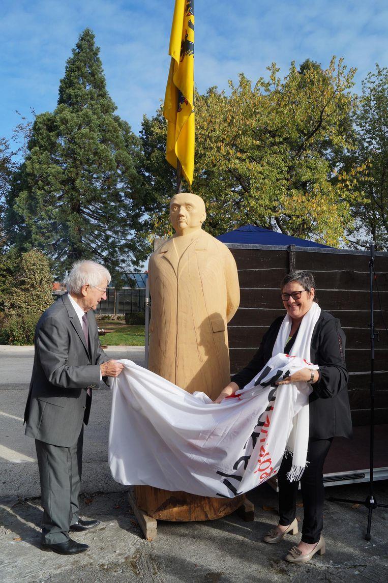 José Alliet (90), de oudste nog levende neef van Jérome, en gedeputeerde Myriam Vanlerberghe onthullen het standbeeld.
