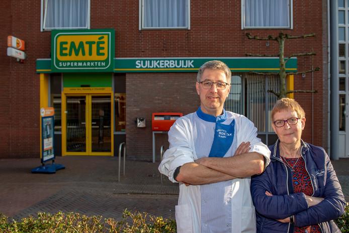 Slager Ron Tak, hier met medestander Yvonne Rijk van Het Zoete Rijk, tekende bezwaar aan tegen het verdwijnen van de supermarktingang achter hem. Toch gaat de Emté vandaag dicht om in twee weken te worden omgebouwd tot Coop.