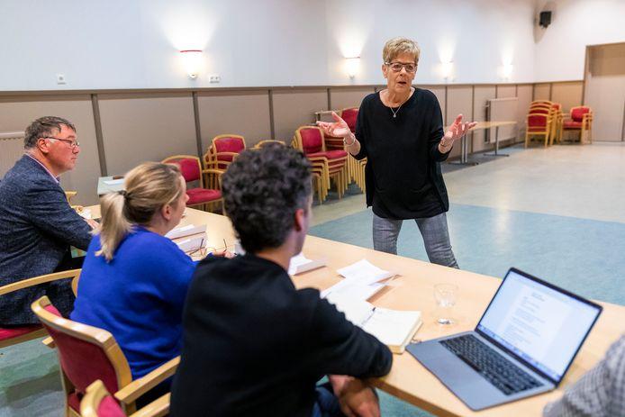 Jeanne Ansems tijdens haar editie voor de Passie van de Langstraat. Achter de jurytafel vlnr Rob Dommisse (dirigent), Aukje Nieuwenhuijze en Luc Verboven. Gera de Jong staat niet op de foto