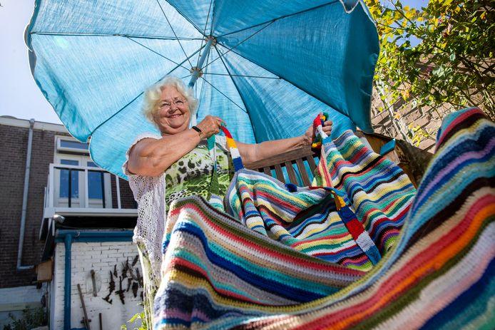 Thea Boelen vraagt om wol om haar hangmat af te maken.