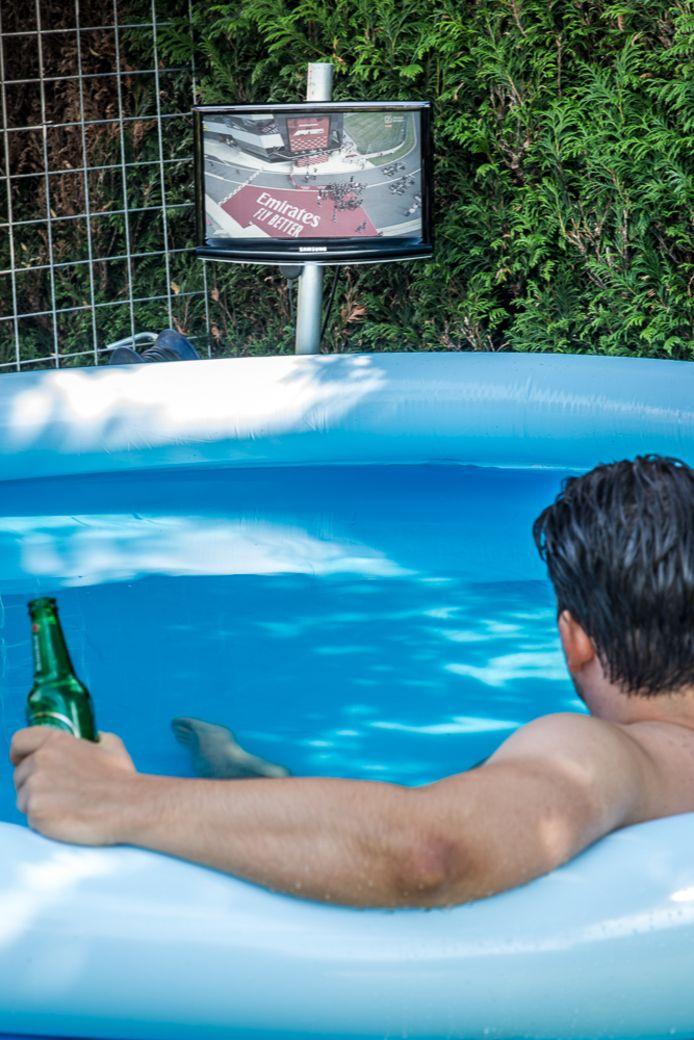 De Formule 1 kijken in het zwembad.