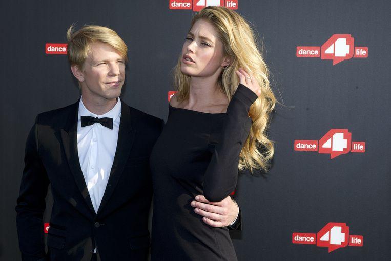 Doutzen Kroes met Marijn Rademaker op de rode loper bij dance4lifes funky fundraiser. Beeld anp