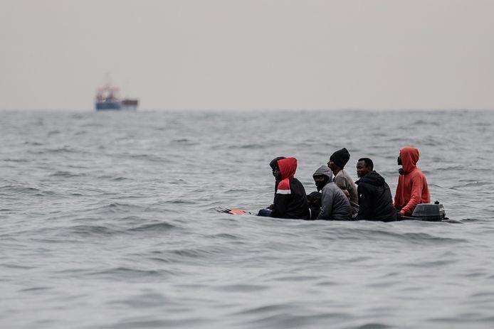 Une embarcation de migrants entre Sangatte et le Cap Blanc-Nez.