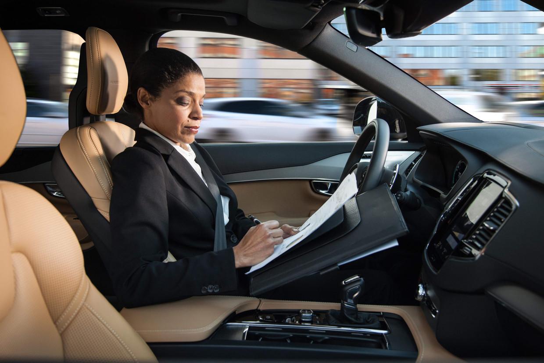 Promotiebeeld van de Zweedse autoproducent Volvo uit 2016. In 2020 zouden we allemaal kunnen werken in onze zelfrijdende wagen. Op het Autosalon in Brussel is nog geen enkele zelfrijdende wagen te vinden.