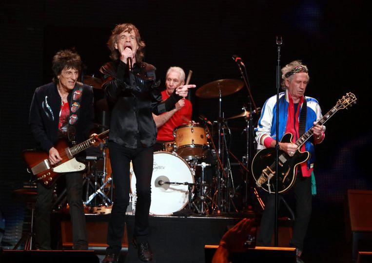 Met de andere leden van The Rolling Stones. Nu Ronnie hersteld is, gaat de band weer toeren.
