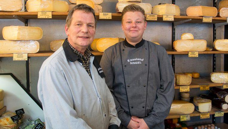 Guus Tans (l) en Rick Hulsebos in Kaasland, de kaaswinkel op de hoek van de Haarlemmerstraat en het Singel Beeld Jesper Boot