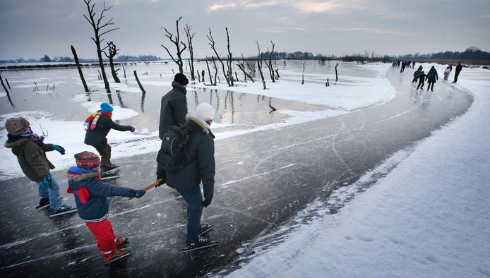 Schaatsers tijdens een familietocht in de Jan Durkspolder. Vele duizenden mensen grijpen hun laatste kans om deze vorstperiode aan een toertocht mee te doen. Foto: ANP
