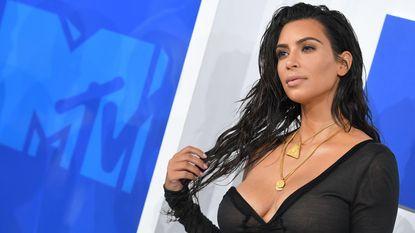 """Kim Kardashian na overval: """"Ik droeg een badjas, was naakt eronder. Ze smeten me op bed en bonden me vast"""""""