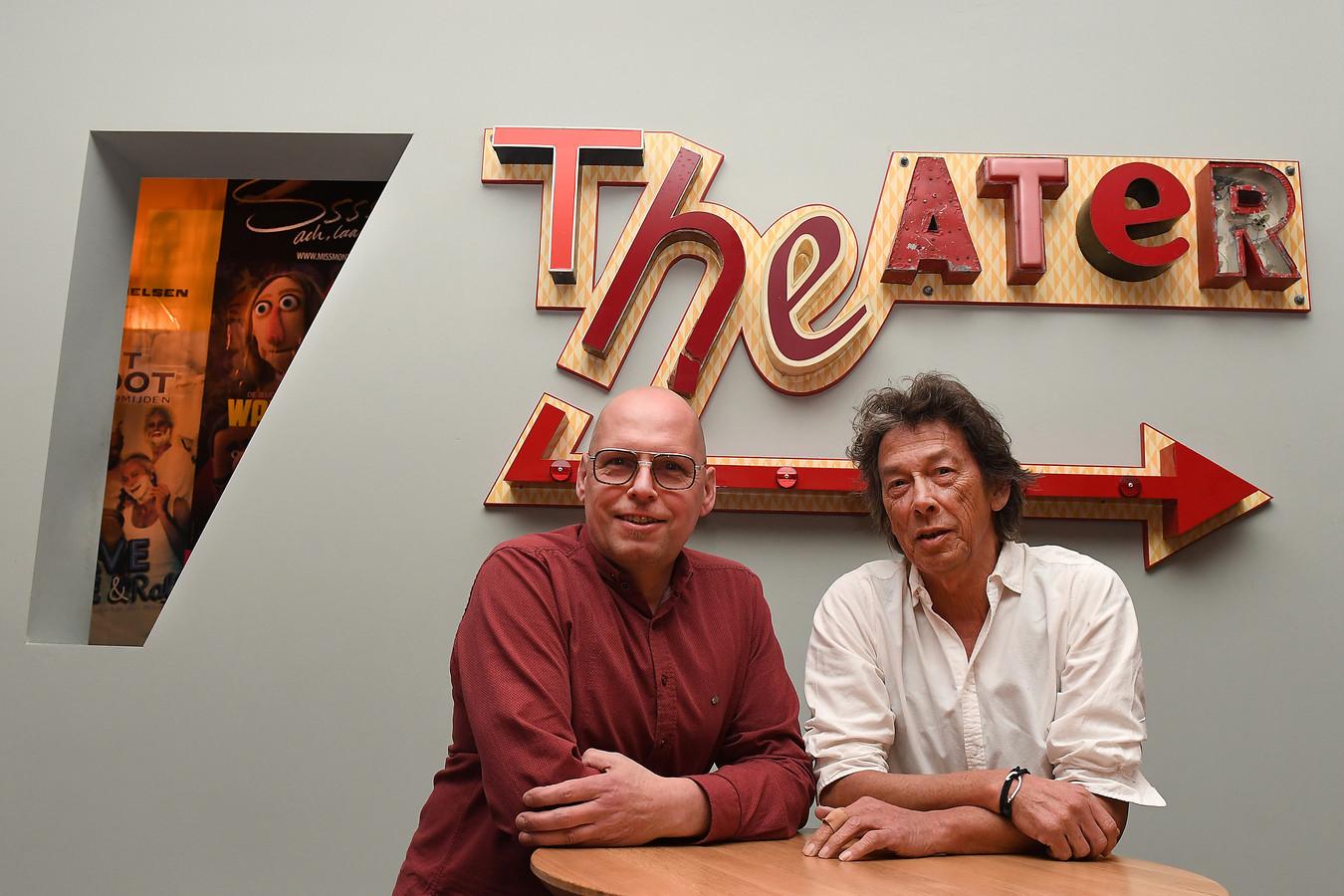 Henk Roelofs en Berry Reijnen, initiatiefnemer en regisseur van 'Theater na de Dam' in Cuijk.