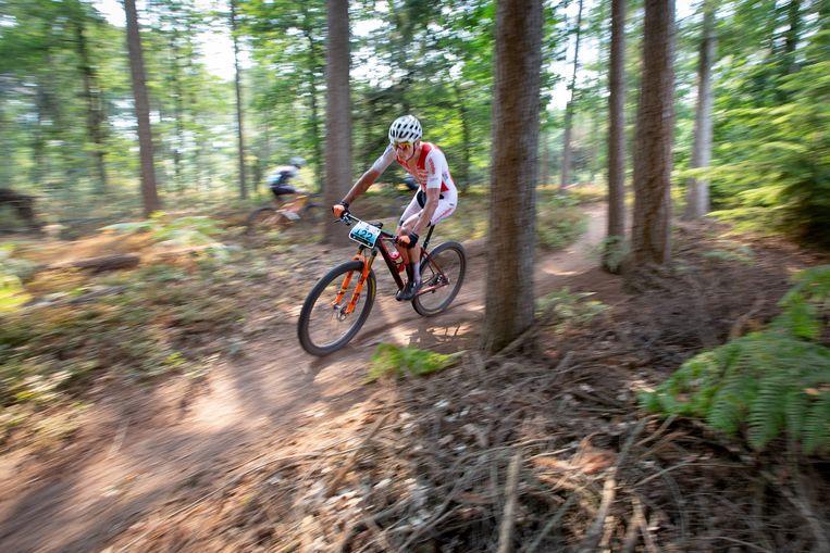 Mathieu van der Poel op weg naar zijn eerste nationale titel op de mountainbike. Beeld herman engbers