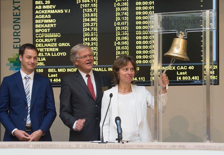 Dominique Leroy luidt als CEO van het Belgische telecombedrijf Proximus in juni 2015 de bel op de Brusselse effectenbeurs ter viering van de naamsverandering van Belgacom in Proximus  Beeld null
