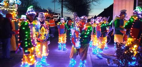 Kilometers lichtsnoer op wagens in Heilight Parade in Deurne