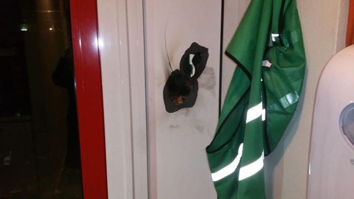 Een gat in de muur van de Josefschool in Overloon, door vuurwerk veroorzaakt tijdens de jaarwisseling.
