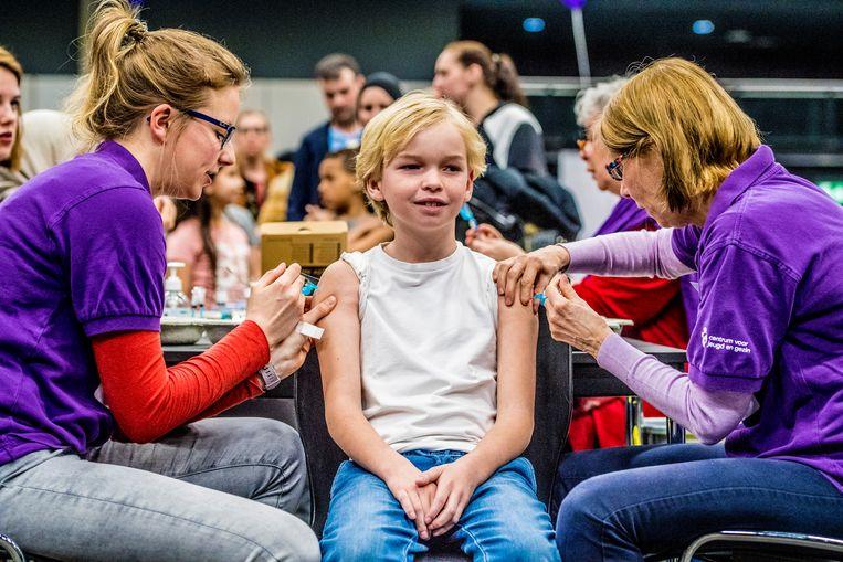Kinderen worden gevaccineerd tegen difterie, tetanus, polio (DTP), bof, mazelen en rodehond (BMR) tijdens een vaccinatiedag in Rotterdam. Beeld ANP
