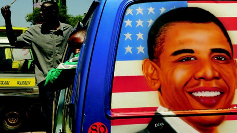 Een mini-bus in Kenia met de afbeelding van Barack Obama. (AFP) Beeld