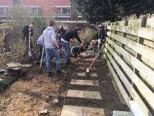 Leerlingen leggen tuin aan van super duurzaam huis in Nijmegen