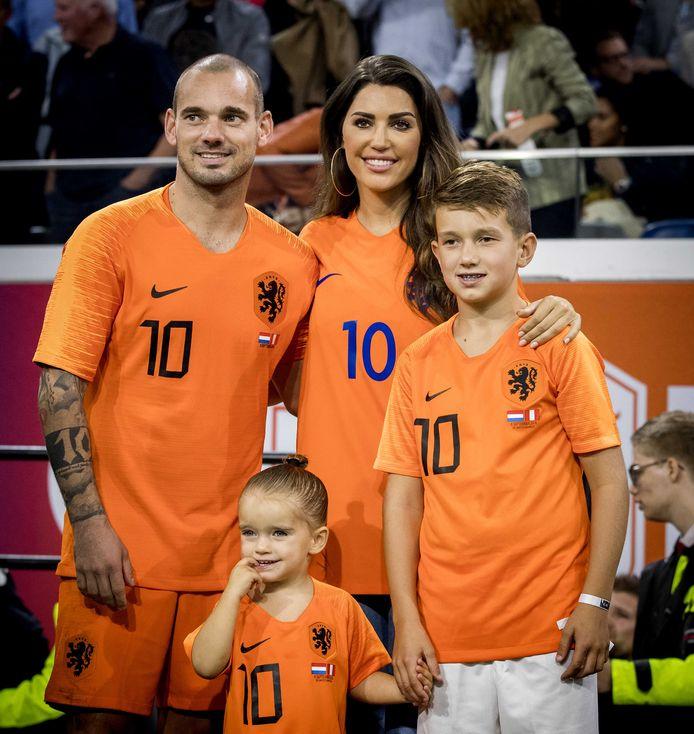 Wesley Sneijder met zijn vrouw Yolanthe en zijn kinderen Xess Xava en Jessey .