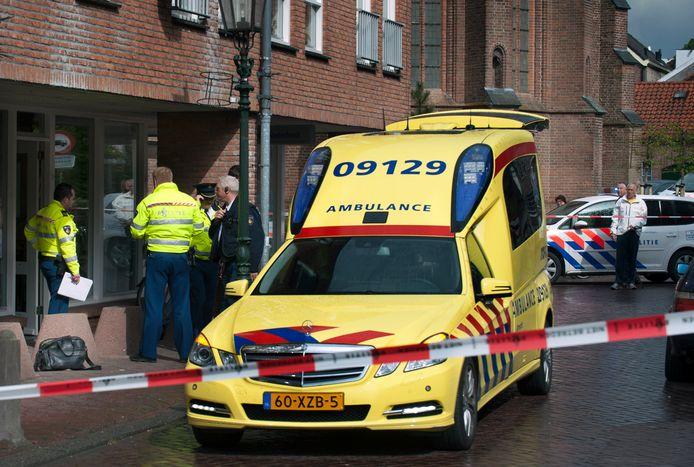 De politie doet onderzoek naar de overval op juwelier Lydia Mosterd aan de Hofstraat.