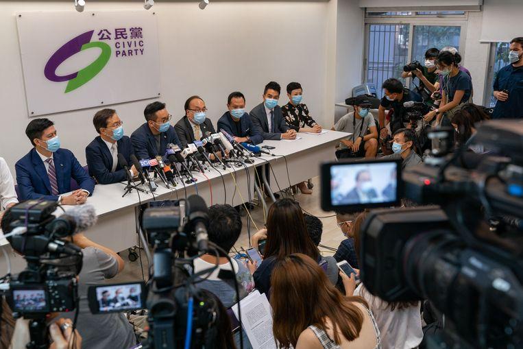 Leden van de pro-democratische Burgerpartij in Hongkong kondigen tijdens een persconferentie aan dat zij door de autoriteiten zijn uitgesloten van de komende verkiezingen in september. In totaal is de kandidatuur van twaalf prominente politici ongeldig verklaard door de autoriteiten, op grond van de nieuwe veiligheidswet die Peking heeft ingesteld voor Hongkong. Beeld Getty Images