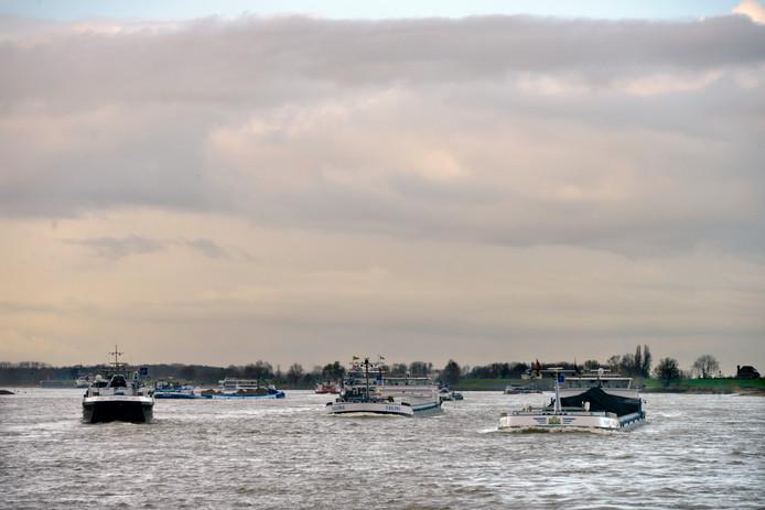 Binnenvaartschepen op de Waal bij Nijmegen.