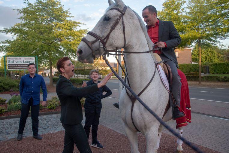 Jonathan vraagt zijn Tine ten huwelijk als Prins op het witte paard : ze zegt ja. Haar zonen Shane en Kyan kijken tevreden toe.