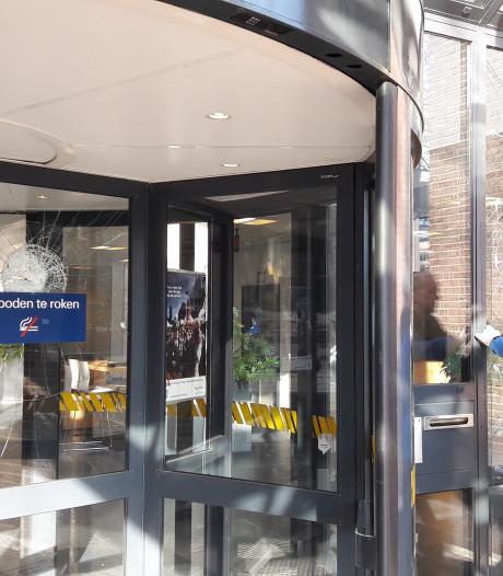 Maanden cel voor recidivist die in Utrecht ruiten hoofdbureau politie ingooide