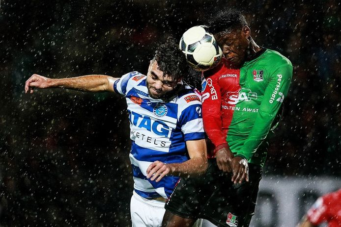 Winnaar in de categorie Sport: Duel tussen Robin Pröpper (links) en Anthony Limbombe tijdens de wedstrijd NEC - De Graafschap.