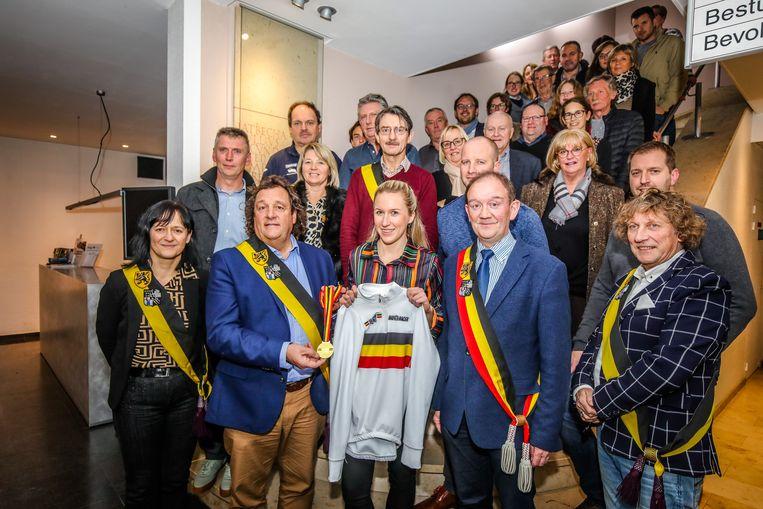 Axelle Bellaert werd op het gemeentehuis in de bloemetjes gezet door onder meer burgemeester Daniël Vanhessche (CD&V) en schepen van Sport Geert Depree (CD&V).
