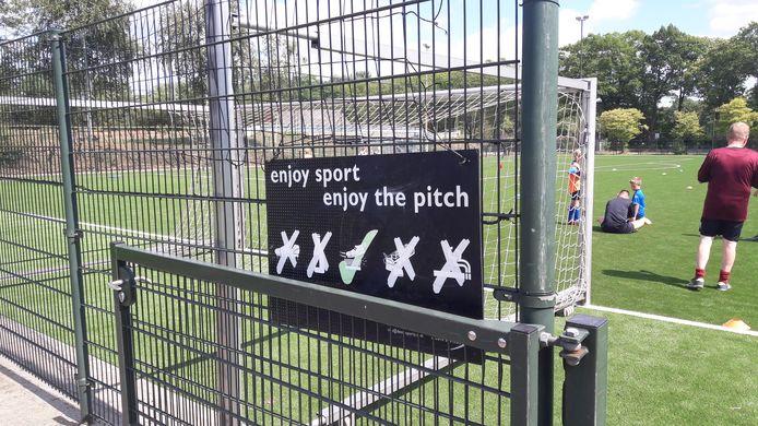 Het nieuwe kunstgrasveld van Avanti in Schijndel heeft last van kinderziektes. 'Enjoy the pitch' kwam niet echt uit.