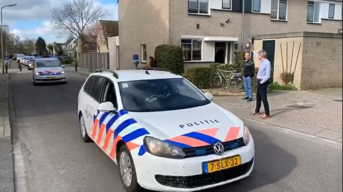 Politieagent Wim neemt na 49 jaar afscheid van het korps. Collega's rijden langs zijn huis met de sirenes aan.