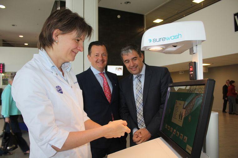 Dokter Kristien Van Vaerenbergh probeert het toestel uit, dokter Eric Wyffels en directeur Marc Van Uytven kijken toe.