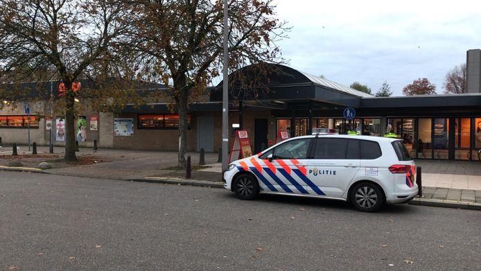 De politie doet onderzoek na een gewapende overval op de Coop in de Nijmeegse Symfoniestraat maandagochtend.