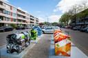 De containers aan de Maasstraat zijn voorzien van kleurige wrappings.  Het helpt: mensen laten geen rommel naast de bakken achter.