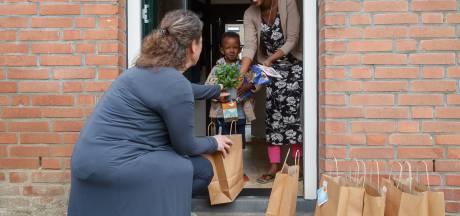 Klundertse leerlingen krijgen chocolade kipjes thuisbezorgd door leerkrachten
