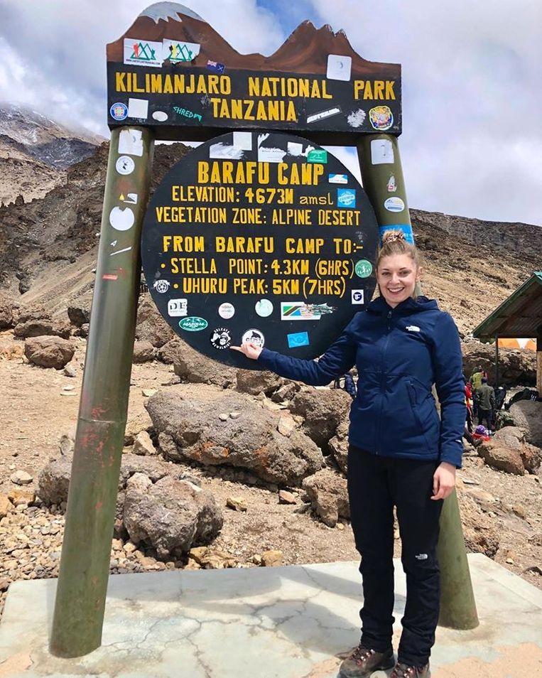 Kira op weg naar de top van Kilimanjaro.