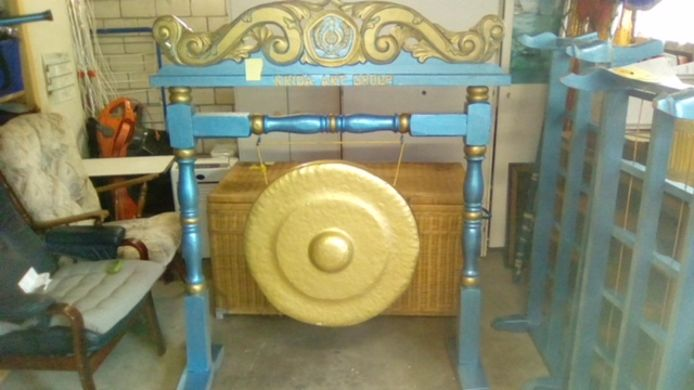 Een gong uit Indonesië is één van de muziekinstrumenten die op de garagesale in Sluiskil te bekijken zijn.