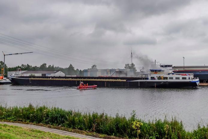 Rookwolken uit de machinekamer van het schip in Raamsdonksveer.