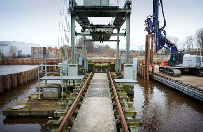 De ontmanteling van de spoorbrug in 2014. Vanaf de nabijgelegen fietsbrug is het werk goed te volgen.