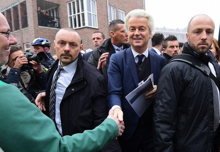 Wilders tussen zijn beveiligers afgelopen weekeinde in Spijkenisse. Beeld anp