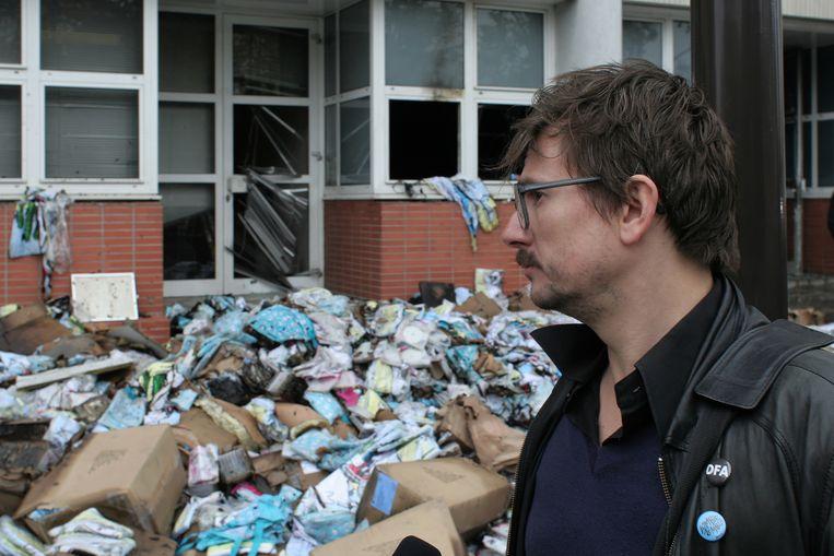 Cartoonist Luz aanschouwt in 2011 de ravage die een aanslag met een Molotovcocktail heeft aangericht aan het kantoor van Charlie Habdo Beeld Wikimedia/Coyau